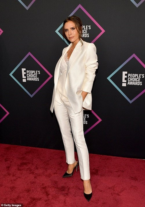 Victoria Beckham trong bộ suit màu trắng tại lễ trao giải People's Choice Awards